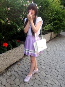 1 Teil 5 Styles Outfit Basic Shirt Pastell Highwaist Rock lila Blumen Blumenkranz verspeilt Look