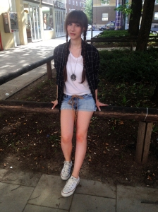 1 Teil 5 Styles Outfit Hotpants Karohemd Chucks Converse Zöpfe Casual