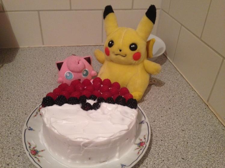 Pokemon Pokeball Pikachu Torte vegan Sahne Beeren Tortendekoration